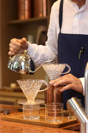 豆は、コーヒー焙煎師・中川ワニさん主宰の「中川ワニ珈琲」によるオリジナルブレンド。  紅茶は、開花堂の海外進出への契機となったロンドンの「Postcard Teas(ポストカードティーズ)」のもの。熊本県産の茶葉をブレンドした「スーパーナチュラル」が用られています。