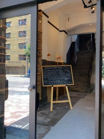 カフェの入る建物は、1927年(昭和2年)に竣工となった「旧・京都市電内濱架線事務所」。 昭和のモダン建築がほぼ手つかずで残されていたところをリノベーションしました。実施設計は地元の「建築事務所楊梅」、内装はコペンハーゲンのデザインスタジオ「OeO」が手がけたそうです。