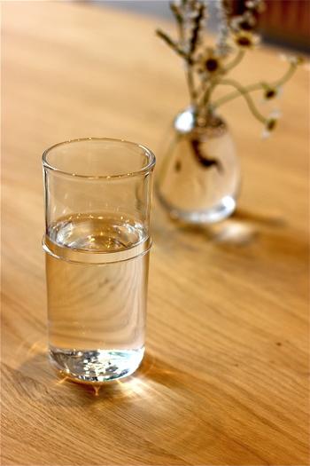茶筒がモチーフとなったグラスは、祇園に店を構える吹きガラス工房「PONTE」(ポンテ)が制作したもの。