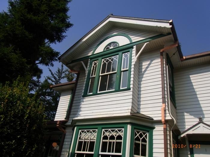 白い壁に緑の窓枠が映えた、とても可愛らしい色使いの外観が特徴的です。平成28年にリニューアルし、入館無料で一般公開されています.