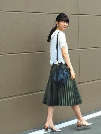 おすすめは、ひざ丈のプリーツスカート。歩くたびにふんわり揺れてエレガントな雰囲気を演出でき、体型もカバーしてくれる優れモノ。大人可愛いスタイルが叶います。
