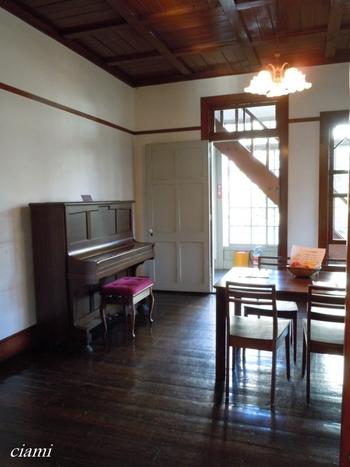 豊島区が昭和57年に買取り、修復を経て「雑司が谷旧宣教師館」という施設になりました。館内の1Fは元住民であるマッケーレブの活動や生活ぶりを紹介した展示が行われています。また、児童雑誌などが自由に閲覧できる児童図書コーナーも併設されています。
