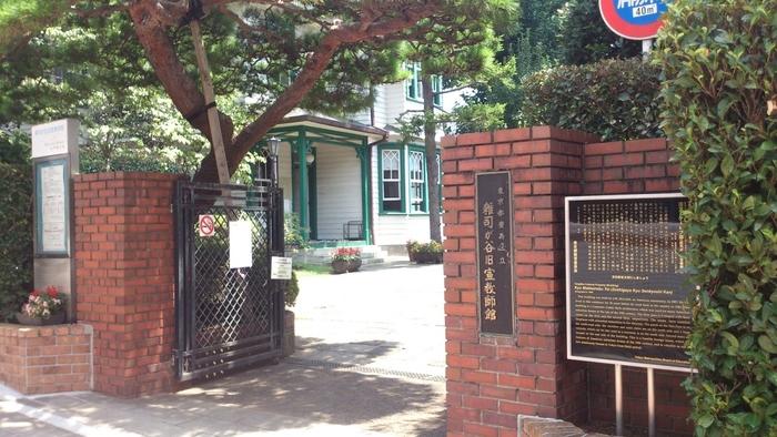 門からのアプローチも素敵。建物の前はレンガで舗装され「旧宣教師館通り」と名付けられています。