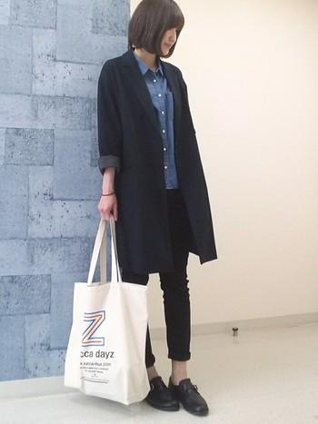 細身のブラックパンツを合わせればデニムシャツもちょっぴちカッチリとした印象に。コートもパンツも袖をまくることでコーデ全体を軽く見せています。