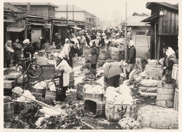 この辺りはかつて「沼垂市場」として、買い物や飲食などで多くの人々であふれ活気に満ちていました。しかし、2000年頃になると大型スーパーの影響や、店主の高齢化などの事情により、店舗数も少なくなりシャッター通りと化してしまいました。