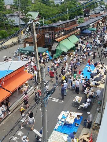 こうして再スタートした「沼垂テラス商店街」には、かつての市場のように大勢の人々が訪れる場所となりました。  ※写真は昨年2015年に開催された「沼垂なじらねフェスタ」の様子。