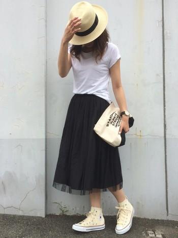 白いTシャツに黒のチュールスカートというシンプルなコーディネートも、【エクアンディーノ】のパナマハットでスタイリッシュにまとまります。バッグもさりげなく白×黒で合わせているのが素敵ですね。
