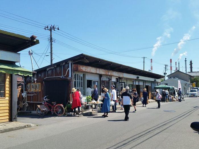JR新潟駅から徒歩15分とアクセスも良好な「沼垂テラス商店街」。平日でも多くの観光客や地元の人たちが訪れていますが、毎月1回開催される「朝市」の日はとくに大勢の人で賑わいます。開催日程に関しては公式サイトを確認のうえお出かけ下さい。