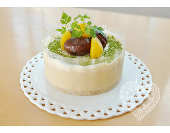 生クリームのまろやかなコクと、和三盆の上品な甘さが魅力の和風アイスケーキ。栗の渋皮煮、甘露煮、抹茶、ハーブなどでデコレーション。優しい色合いも素敵です。