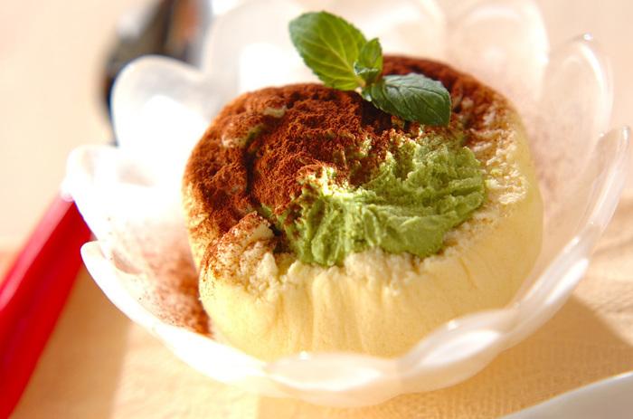 市販のスポンジケーキでアイスクリームを包んで冷やし固めるだけのお手軽レシピ。仕上げにココアパウダーをふってミントを飾れば、あっという間にカフェメニューのようなアイスケーキの出来上がりです。