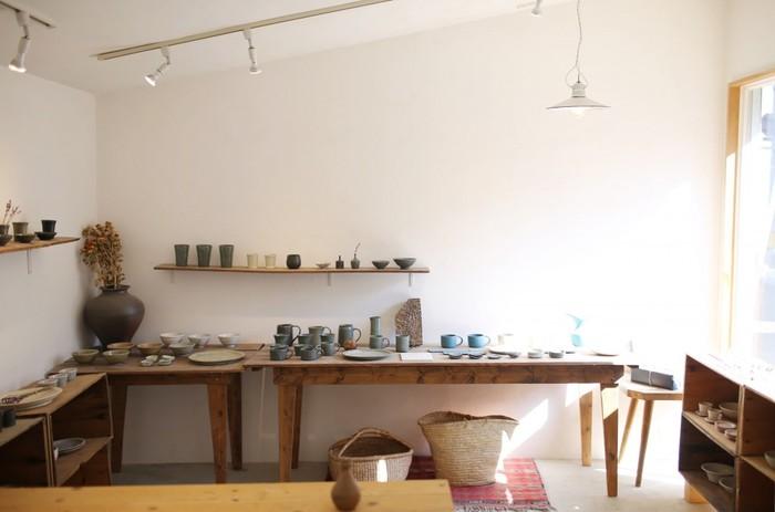陶芸体験の後は、おだやかな光に満ちた店内でゆったりとショッピングを。自分で陶芸体験をしてみると、作品の味わい深さがより分かるかも。