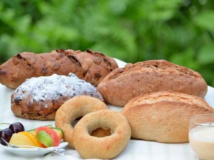 20年程前の1996年に佐渡で創業した天然酵母100%のパン屋さん「全粒粉パン工房 ポッポのパン」。自然に存在しているままの酵母で発酵させた豊かな味わいのパンは、地元の方にも人気があります。
