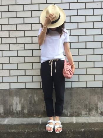 こちらも、白×黒というモノトーンのコーディネートにパナマハットをプラスするスタイル。Tシャツを少しインしてパンツのリボンを見せると、可愛らしさがアップしますね!