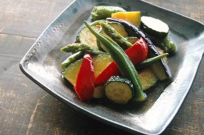 オクラをはじめ、ナスやズッキーニ、アスパラ、かぼちゃ、パプリカなどの夏野菜をたっぷりととれる揚げ浸しは彩りもよく、夏のおもてなし料理としても活躍してくれます。