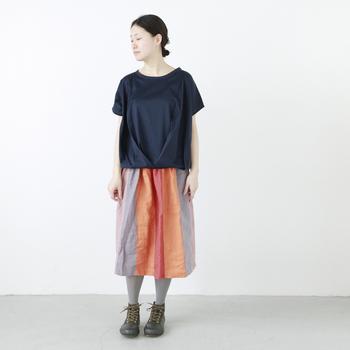 一枚さらっと着るだけで、女性らしさがぐっと引き立ちます。シンプルなアイテムなので、柄スカートを合わせて華やかさをプラスしても良いですね。