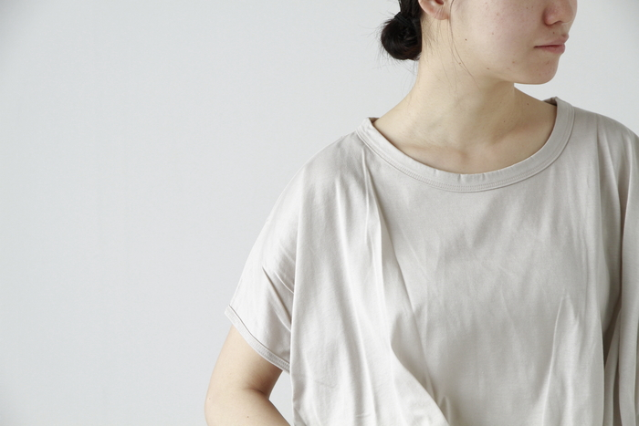 やや光沢のある素材が上品な印象の、シルキータックプルオーバー。鎖骨が程良く覗くネックや、切り替えが無くすとんとした肩のシルエットが、女性らしさを引き立ててくれます。