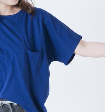 """胸ポケットが凹んだ形をしているため""""凹_T""""と名付けられたという、ユニークな一枚です。"""