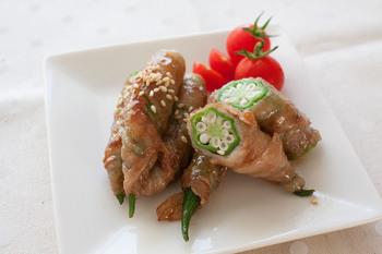 ゆでたオクラに豚バラ肉を巻いて焼く簡単美味しいオクラの豚肉巻き。肉はちょっと重たいかも、というときに、お肉をさっぱり食べられる嬉しいレシピ。