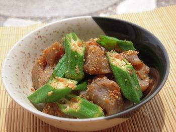 オクラ、梅肉、こんにゃくで作る梅味噌ゴマ風味の和え物は、夏の副菜やお弁当に入れても良さそう。