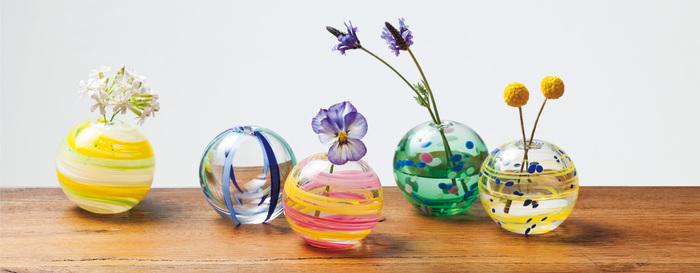 小さなお花に合う、手のひらサイズの可愛いらしい一輪挿しです。カラフルにいくつものデザインがあり、道端に咲いているお花を入れるだけで、とても素敵な空間になりますよ!