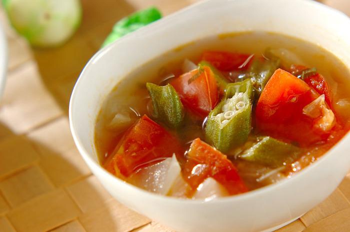 オクラとトマト、体を冷やす夏野菜も温かいスープでいただけば、栄養もしっかりとれて◎。一日中オフィスでクーラーにあたっていたときや、冷え性さんにおすすめの夏野菜レシピです。