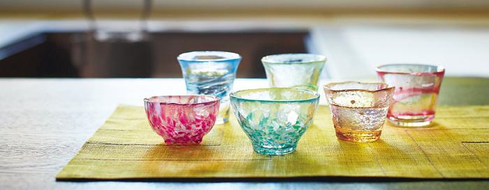 透き通る色とりどりの盃は、コレクションとして飾っておきたくなるような、とても美しいいアイテムです。一つ一つの手作り感がまたたまらない。
