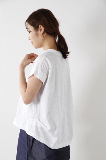 裾近くの両サイドに変形タックを入れ、少しボリュームを持たせたシルエット。スカートにぴったりの形です。