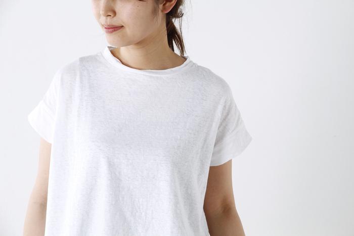 ちょっぴりハイネック寄りのクルーネックが、大人のかわいらしさを演出。袖は幅広く切り替えたデザインで、立体感のあるものとなっています。