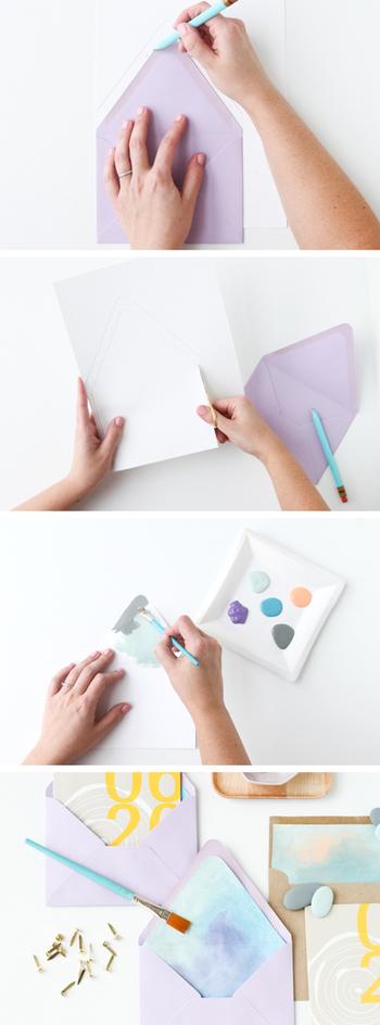 【材料】 ・市販の封筒(ダイヤ貼がおすすめです。) ・ライナー用の紙 ・絵の具(水彩やアクリルなどお好みで。) ・筆 ・はさみ ・のり   1.紙に鉛筆で封筒の型をとります。そのとき、山の部分を1センチほど下げて型をとり直します。  2. 型通りにはさみでカットします。  3. 好きな色の絵の具を組み合わせてペイントします。水でぼかしたり色をにじませたりして塗ると水彩タッチできれいに仕上がります。  4. 乾いたら封筒の内側にのりで貼付けて完成です。