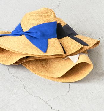 リボンのカラー展開も豊富。ベーシックカラーだけでなく、コーデの差し色としても活躍しそうな鮮やかなブルーもあります。とっても夏らしいカラーリングですよね。フラットに折り畳めるので、鞄に入れて持ち運べるのも便利!しかも、思いのほかリーズナブルな価格も嬉しいポイントです。