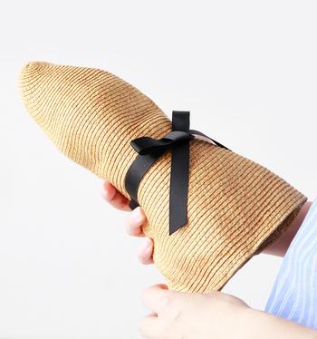 くにゃりと柔らかながらコシもあるので、シルエットの調整もしやすくなっています。もちろん、コンパクトに丸めて、鞄にポンと入れて持ち運びもできますね。