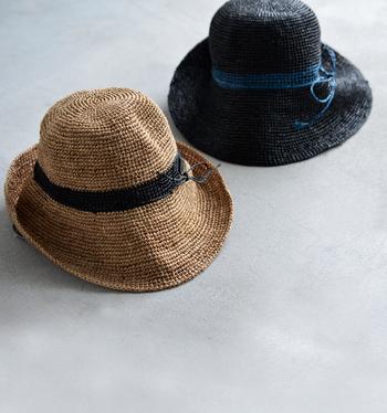 ざっくりとした編地が特徴的なラフィアのハットはフランスのブランド「ル ヴォヤージュエンパニエ」のもの。ラフィア椰子を原料とし、手間をかけて素材となるラフィアは、天然樹脂が含まれているので、ある程度の防水性があり、使用しているうちに艶が出て、柔らかくなるといった経年変化も楽しめます。