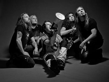 フィンランド出身のロックバンドSonata Arctica。  泣きのメロディに、キーボードなどを加えたシンフォニックなアレンジが印象的です。