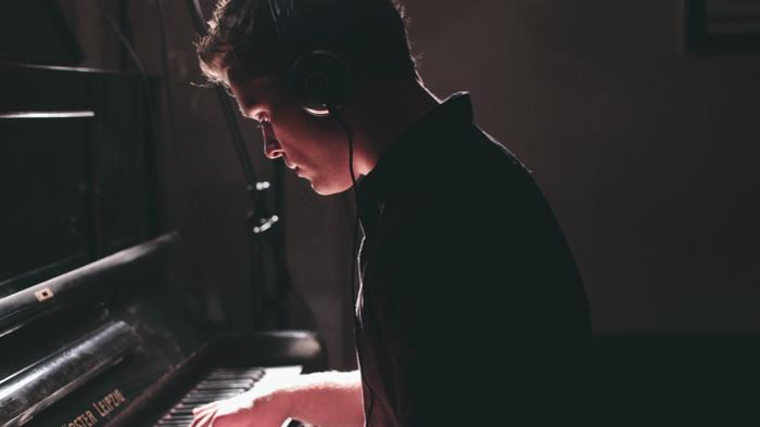 Lights & Motionは、スウェーデン出身のアーティストChristoffer Franzenによるポストロック・プロジェクト。U2やColdplayを思わせる、広がりのあるエモーショナルな音楽が特徴です。