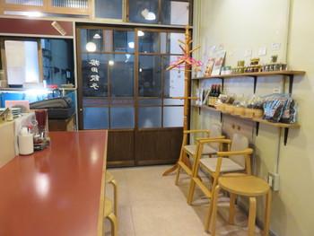 レトロなドアを開けて店内に入ると、カウンターとテーブル席1つのみの小さなお店。メディアにも多く取り上げられ、行列もできるほどの人気店となっています。