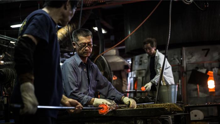 器の形状やデザインによっては、ほかの職人と息を合わせてひとつの作品を完成させることもあります。もっとよいガラスを創りたいと思う職人たちの思いが伝わってくるようです。