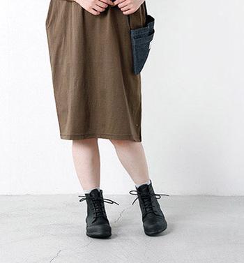 英国御用達レインブーツブランドHUNTER(ハンター)のオリジナルレースアップラバーブーツ。海外セレブが愛用している事からも分かるとおり、足の形にフィットしたシルエットが作り出すファッション性は街履きブーツにも最適です♪