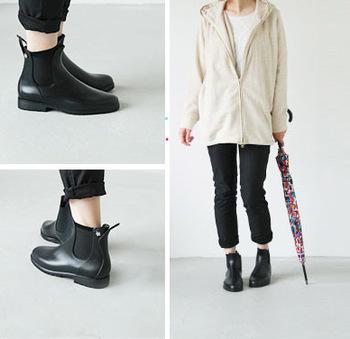 meduse(メデュース)のサイドゴアレインブーツ。サイドゴア仕様&バックストラップ付きで履きやすさにこだわったデザイン。ショート丈なので、重くなり過ぎず幅広いコーディネートに合わせやすく、雨の日でもお洒落を楽しめますね♪
