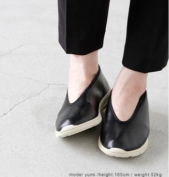 中国の伝統的な靴、カンフーシューズをデザインベースとし、シンプルなデザインが魅力的。 履いていることを忘れるほどの軽さや、カジュアルからフェミニンまで幅広いスタイルに合わせやすい使い勝手も◎。