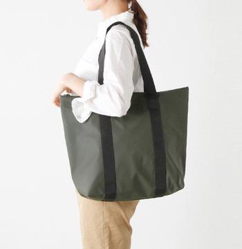 デンマーク発のレインウェアブランドRAINS(レインズ)のトートバッグ。撥水加工を施した軽量な生地を使用し、雨から荷物をしっかりと守ってくれるバッグ。容量もしっかりあるので、雨に濡らせたくないバッグをこのバッグにを入れる使い方もおすすめ。マットな光沢のある生地と北欧らしい洗練されたデザインで服に合わせやすく、雨の日だけでなく、普段のお仕事用バッグとしてもおすすめです。