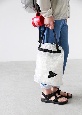 キューベンファイバースタッフサック。 トートバッグやハンドバッグとしての普段使いもオススメ。 インナーや小物を分け、メインバッグの中身をキレイに整頓する事が出来る便利なアイテムです。アウトドアやフェスにぴったりですね♪