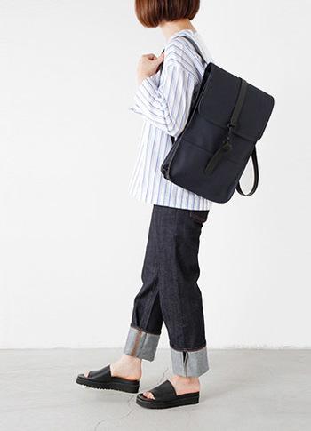 このバッグほしい~!レインコートで有名なRAINSが、その技術をバッグに生かしたのがこのバックパック。シンプルで薄型のフォルムは、洗練された雰囲気で、デザイン性と機能性を併せ持つアイテム。 縦長でPCやA4サイズも楽々収納できます。