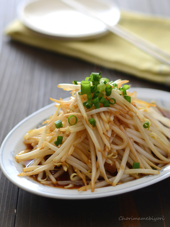 お通し代わりにさっとできちゃう中華もやしはいかが?さっぱりとした味付けなのに、にんにくとごま油の風味がクセになります。