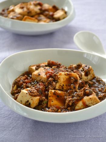 中華料理のコースといえば、やっぱりコレですよね!煮崩れしやすい絹ごし豆腐で作る麻婆豆腐は、ツルンとアツアツ、後味ピリリ!黒ゴマを効かせて一味違う美味しさに。