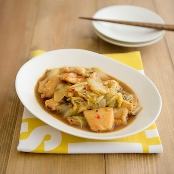 中華料理の中でも、オイスターソース味の1品も人気ですよね。ついつい油っぽくなりがちな中華も、白菜と鶏肉だからヘルシーに食べやすいですよ。オイスターソースの風味で、ご飯がどんどんススみます。
