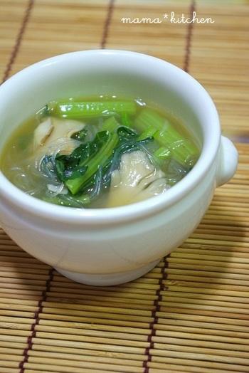 片栗粉でちょっぴりとろみをつけた王道の春雨スープ。シャキシャキの小松菜とツルッとノド越しのいい春雨は相性抜群!小松菜の代わりに、青梗菜でもOK。寒い日には、ちょっと生姜を効かせても美味しいですよ!