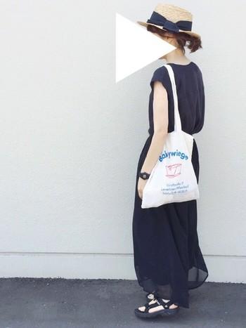 透け感のあるネイビーのワンピースに、ホワイトのバッグを合わせました。さらりと着こなせるアイテムだからこそ、合わせる小物には十分こだわりたいですよね♪