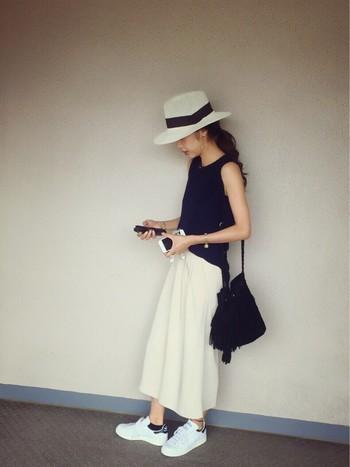 動きやすく楽ちんでいて、女っぽさの光る夏コーデには、ホワイトのスカンツを。シンプルなのに垢抜けた大人ファッションの完成です!