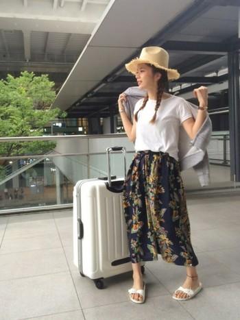 紺ベースのボタニカル柄のスカートに、シンプルなホワイトTシャツをコーディネートしました!裾はちょっぴりインして、女っぽく♪
