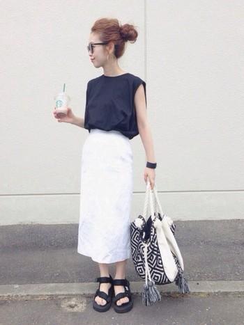 タイトめのミディスカートとフレンチスリーブのトップスは、シンプルなのに出来る女モード全開!シンプルなコーディネートには、特徴的な柄の小物やアクセサリーを取り入れて♡